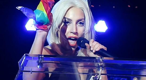 بالفيديو: في أول ظهور لها بعد الجراحة لايدي جاجا تغني للمثليين وتدعوهم للنضال