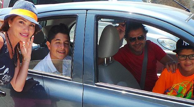 بالصورة: سعادة السفير والأب راغب علامة في إجازة مع عائلته
