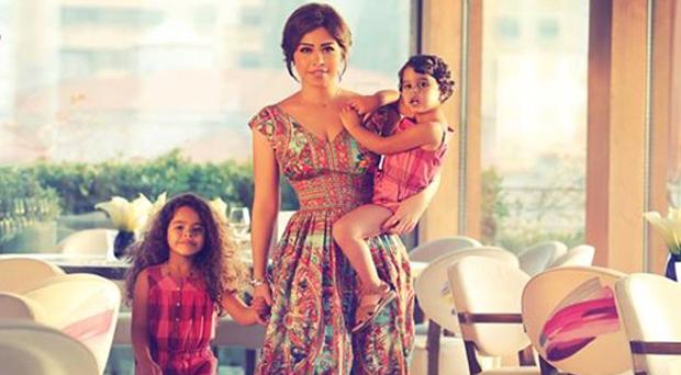 شيرين عبد الوهاب تغادر مصر وتصطحب معها إبنتيها ميريم وهنا