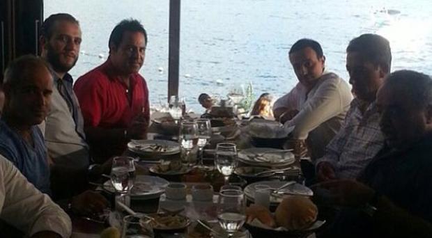 بالصورة: بعد التدريبات في كواليس The Voice عاصي الحلاني وصابر الرباعي على مائدة الغداء