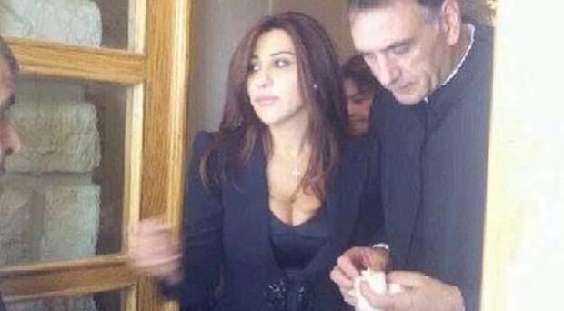 محدّث بالصور: شمس الأغنية اللبنانية نجوى كرم منهارة لوداع والدها، حطّمت قلوبنا والنجوم إلى جانبها