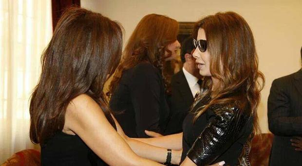 بالصورة: نانسي عجرم إلى جانب نجوى كرم في عزاء والدها