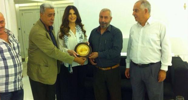 بالصورة: حركة فتح كرّمت الإعلامية منى أبو حمزة
