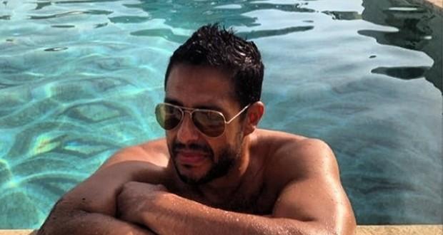 بالصور: محمد حماقي في المسبح تحت الشمس والمعايدات تنهال عليه