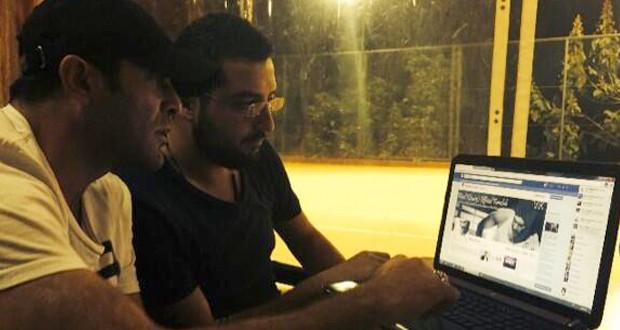 بالصورة: وائل كفوري يتصفح صفحته الرسمية على الفايسبوك