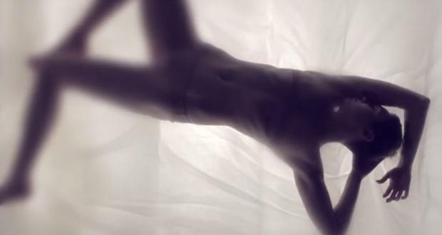 """بالفيديو: Miley Cyrus تُطلق مقطع مثير من كليبها الجديد """"Adore You"""""""