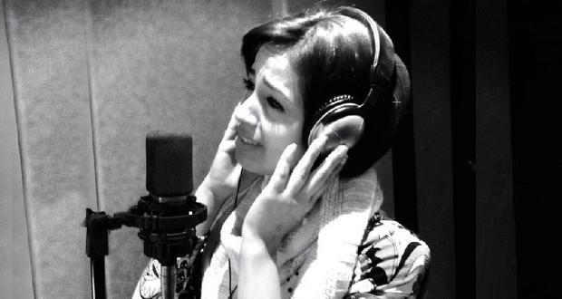 بالصورة: رنا سماحة في الإستوديو وسجّلت أوّل أغنية منفردة لها