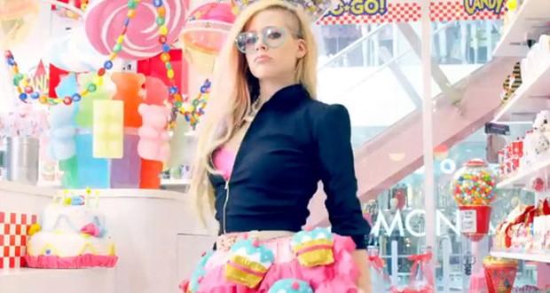 بالفيديو: Avril Lavigne تتعرض لهجوم شرس بسبب Hello Kitty
