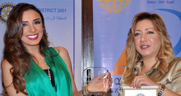 بالصور: نادي روتاري يُكرّم أنغام عن مجمل أعمالها وتُجيب على أسئلة الحاضرين