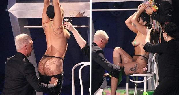 """بالصور والفيديو: Lady Gaga تتعرّى بالكامل في أولى حفلاتها ضمن جولتها """"ARTPOP"""""""