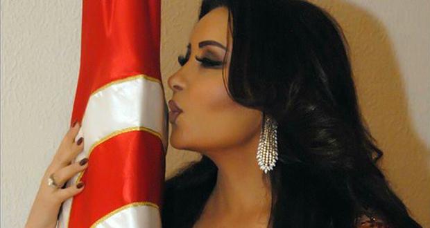 لطيفة تقبّل علم تونس في عيد الجلاء
