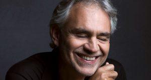 أندريا بوتشيلي.. احترف الغناء بعد الـ40 ولم يمنعه فقدان البصر من الوصول للعالمية