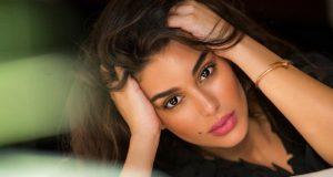 ياسمين صبري تدهش الجميع بجلسة على السرير بفستان الشبك