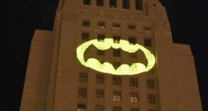 """""""أشبه بكسوف الشمس"""".. شارة """"باتمان"""" تنطلق في سماء دول العالم احتفالا بميلاده الـ80"""