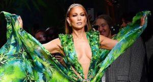 جنيفر لوبيز بفستان الأدغال في عرض Versace – بالصور والفيديو