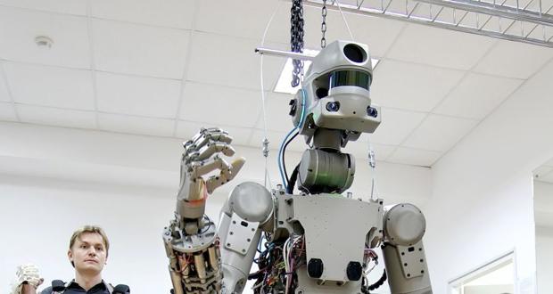 """الروبوت """"فيدور"""" يشعل المثقب ويمسح يديه بالمنشفة"""