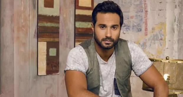 كريم فهمي يشعل مواقع التواصل بقبلاته لزوجته في عيد ميلاده – بالفيديو
