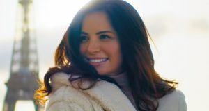 """بالفيديو – آمال ماهر تعيش أجمل قصّة حبّ في """"ماتسبنيش"""""""