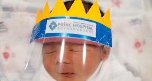 مستشفى تايلاندي يصنّع دروعاً صغيرة للوجه للأطفال حديثي الولادة