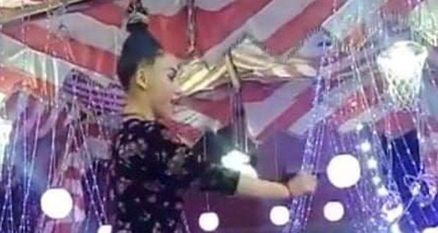 """بالفيديو – معلقة من شعرها.. فتاة مصرية تقدم وصلة رقص """"في الهواء"""""""