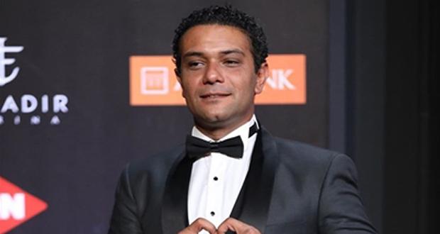 بالفيديو – آسر ياسين يسرق جوائز مهرجان الجونة لهذا السبب