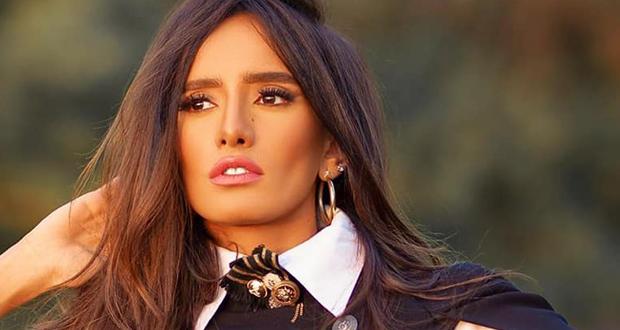 زينة تطل كالطفلة وتدون تعليقاً طريفاً.. وأنغام وعبير صبري تعلقان