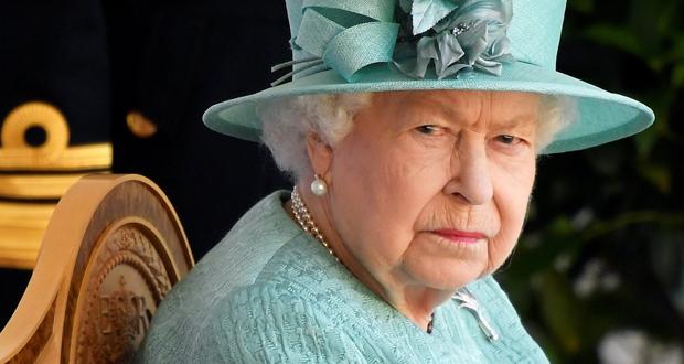 الملكة إليزابيث تخدع سياحاً أميركيين لم يتعرفوا إليها بمقلب مضحك