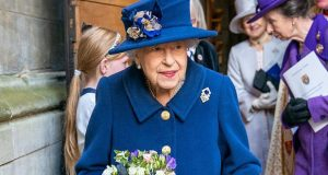 للمرّة الأولى.. الملكة إليزابيث تستعين بعصا للمشي